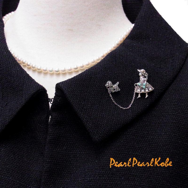 子犬と散歩する少女ブローチ あこや真珠ベビーパールネックレス5-5.5mm